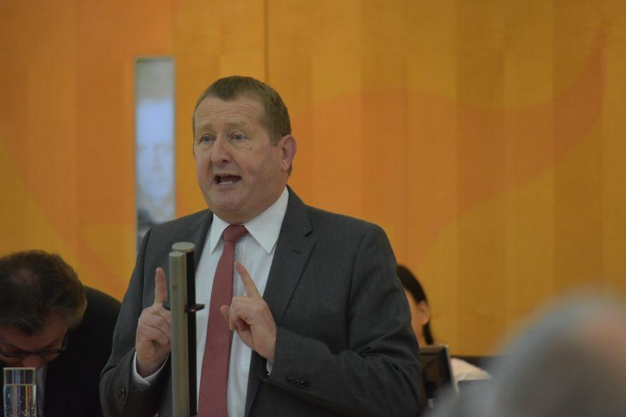 Günter Rudolph am Rednerpult des Landtages